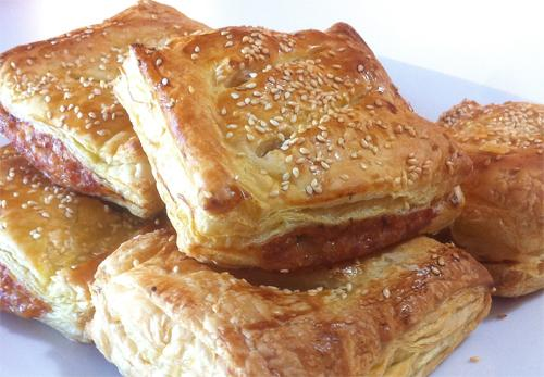 Слоеные пирожки из сырого фарша